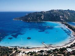 Korsika. Záliv Santa Giulia z výšky vypadá pohádkově