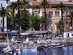 Korsika. Posezení v restauraci u přístavu je určitě zážitkem, nicméně je za něj nutno někdy i dost draze zaplatit