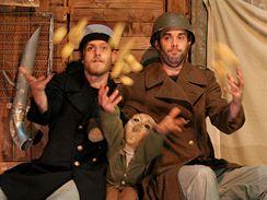 Letní Letná 2009 - Le Boustrophédon - Voják, kaprál a Ernest žonglují s bramborami
