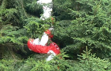 Padák paraglidisty, který uvízl na stromech na vrchu Svatobor u Sušice