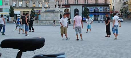 Banda, která napadla a zmlátila dva muže v centru Brna