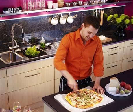 Laminované panely na zádech kuchyňské linky mají vtip a do moderní kuchyně se hodí