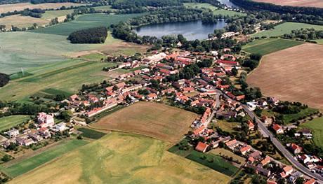 Letecký pohled na středočeskou obec Ostrá.