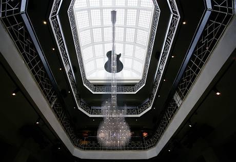 Křišťálový lustr ve tvaru kytary má délku 5,5 m