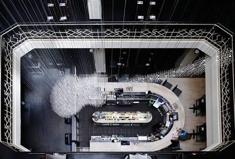 Lustr tvoří 9 444 skleněných křišťálů zavěšených na téměř pěti stech kovových strunách