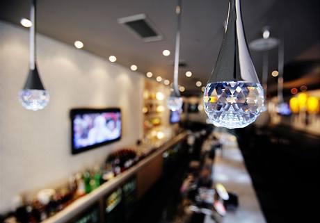 Osvětlení baru v druhém podlaží má připomínat mikrofony