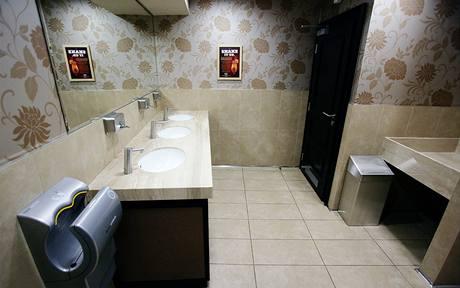 Toalety se změnily nejvíce, sušák na ruce (vlevo na fotografii) je dílem designéra Dysona, silný proud vzduchu ruce dokonale osuší za 10 sekund