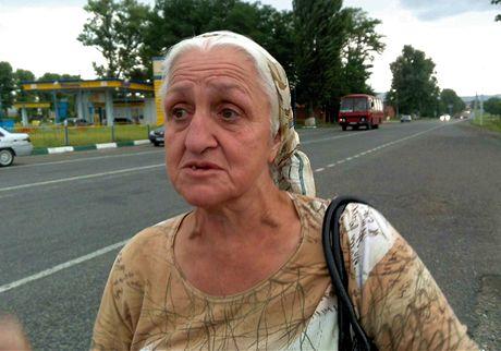 Šestapadesátiletá Fatima ukazovala na ruské vojáky v transporterech zdviženy prostředníček (foceno z mobilu)