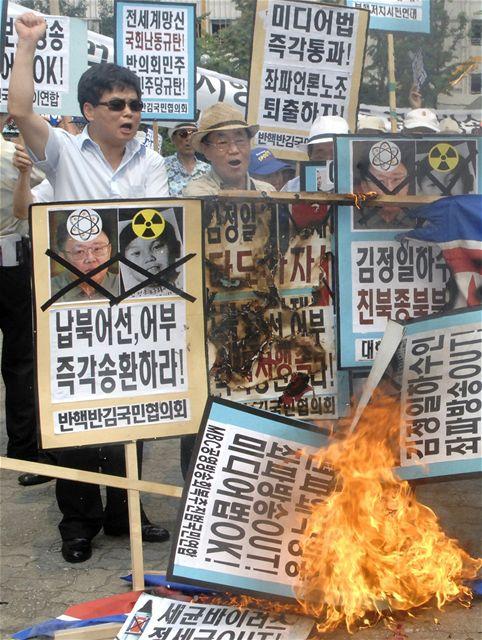 Jihokorejci v Soulu protestují proti zadržení rybářské lodi Severokorejci (30. července 2009)