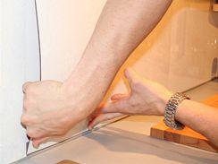 Panel do lišty jednoduše vsadíte zasunutím z boku. Pokud je linka zasazena do výklenku, nebo do rohu, není problém panel nasadit přímo na místo
