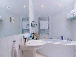Koupelna je obložena mozaikou