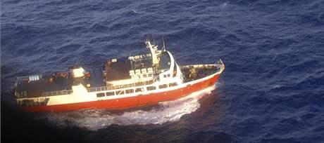 Jedna z lodí, které pátrají po přeživších z potopeného trajektu v jižním Pacifiku (6. srpna 2009)