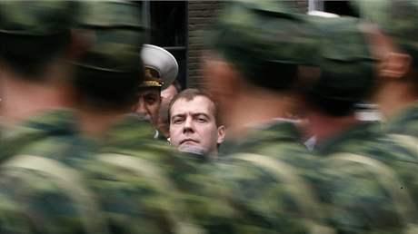 Dmitrij Medveděv během oceňování vojáků válčících loni v Gruzii. (8. srpna 2009)