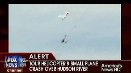 Turistka zachytila srážku helikoptéry s malým letadlem nad řekou Hudson v New Yorku. (8. srpna 2009)