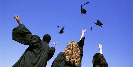 Absolventi amerických univerzit obvykle završují promoci házením čepic do vzduchu. Ilustrační foto