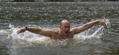 Ruský premiér Vladimir se při svém výletu na Sibiř i svlažil v místní řece (3. srpna 2009)