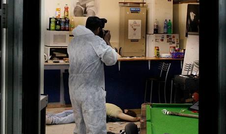 Policista fotografuje místo činu, kde zemřeli dva mladí lidé.