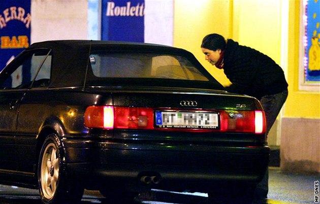 Prostitutka v Chebu se sklání u auta s n�meckou SPZ. Ilustra�ní foto