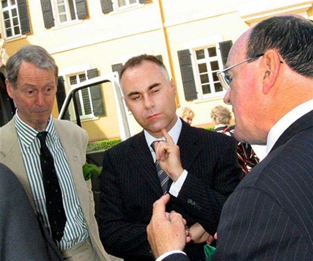 Lichten�tejnský byznysmen Markus M. Hasler (uprost�ed), který Mirkovi Topolánkovi pronajímal vilu v Monte Argentáriu.