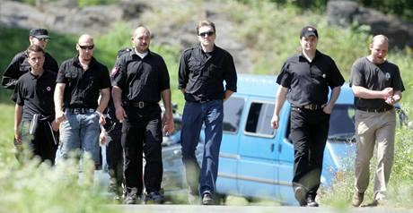 Příznivci Dělnické strany přijeli do Husince u Prahy, kde táboří rumunští Romové. (1. srpna 2009)