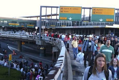 Terminál newyorského letiště LaGuardia musel být evakuován kvůli podezření na bombu. (1. srpna 2009)
