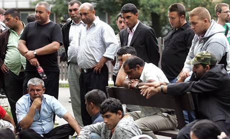 Truchlící Romové se přišli před vinohradskou nemocnici rozloučit s mrtvým