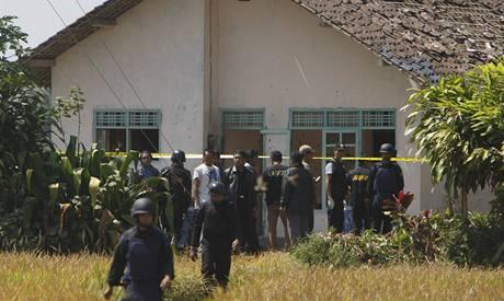 Indonéská policie zastřelila zřejmě nejhledanějšího teroristu v zemi, kterým je vůdce muslimské teroristické sítě Jemaah Islamiyah Noordin Mohammad Top. (8. 8. 2009)