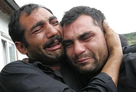 Pohřeb rumunského Roma Iona Miclesca, na snímku jeho bratři - Constantin (vlevo) a Laurenc Dimofteové (9. 8. 2009)