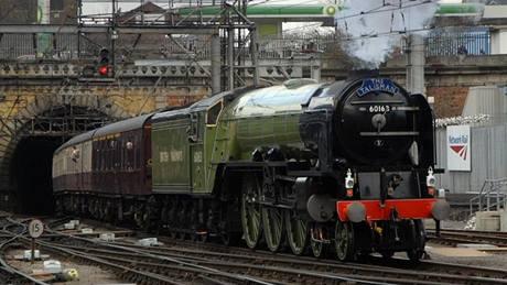 Tornádo - anglická lokomotiva pro britskou část cesty Winton Train - na železniční stanici King´s Cross v Londýně.