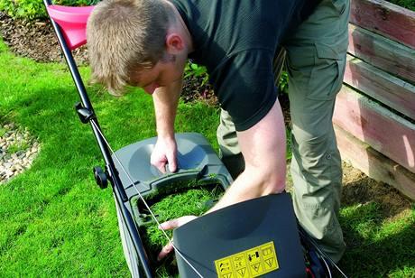 Mokrá tráva je problematická pro sběr, lépe vyhovují látkové koše