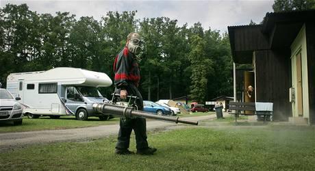 Pracovníci firmy Pařez při postřiku proti létajícím komárům v autokempu na břehu Opatovického rybníku v Třeboni