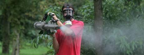 Pracovníci firmy Pařez při postřiku proti létajícím komárům v autokempu na břehu Opatovického rybníka v Třeboni