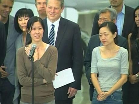 Novinářky Laura Lingová a Euna Leeová po svém návratu do Spojených států. Vzadu stojí Al Gore. (5. srpna 2009)