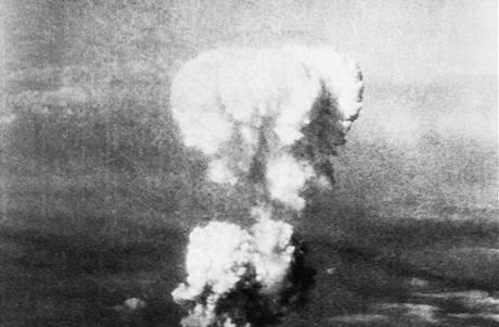 Atomový mrak po výbuchu jaderné bomby nad Hirošimou (6. srpna 1945)