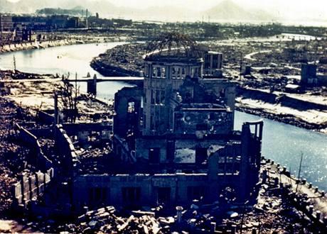 Hirošima v září 1945. Záběr na dóm, který se stal symbolem hirošimské tragédie.