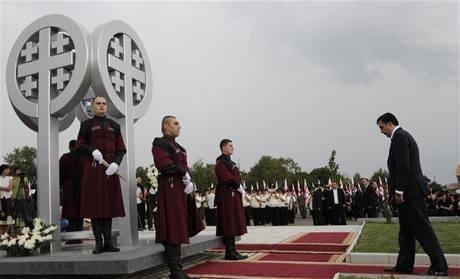 Pokládání věnců nedaleko Tbilisi u ročního výroční propuknutí rusko-gruzínské války. (7. srpna 2009)
