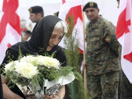 Žena přináší kytici na vojenský hřbitov poblíž Tbili u ročního výročí vypuknutí rusko-gruzínské války (7. srpna 2009)