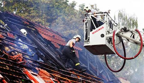 Blesk zapálil dnes v noci střechu statku v Třebosících. Hasiči na místě zasahovali ještě dopoledne (3. srpna 2009)