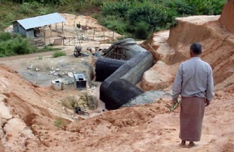Barmsk� podzemn� tunely kter� pom�hali stav�t severokorej�t� stavebn� in�en��i.
