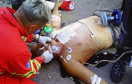 Lékaři ošetřují muže, kterému se do srdce zabodla tříska.