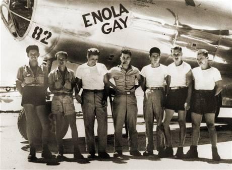 Posádka amerického bombardéru B-29 Enola Gay, ze kterého byla svržena první atomová bomba. Uprostřed stojí pilot Paul W. Tibbets, po jehož matce bylo letadlo pojmenováno.