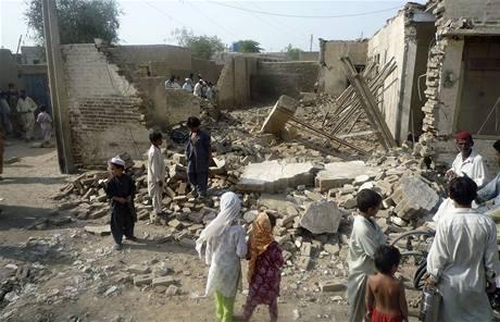 Zničený dům, v němž zemřela manželka šéfa pákistánského Talibanu. (4. srpna 2009)