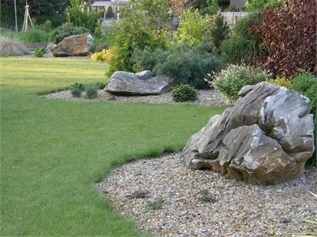 Zahrada vybudovaná podle projektu, stav po dvou letech. Už je evidentní, proč byl rostlinám ponechán dostatek prostoru, protože jen tak mohou narůst. Kámen zasazený v zahradě působí velice dekorativně