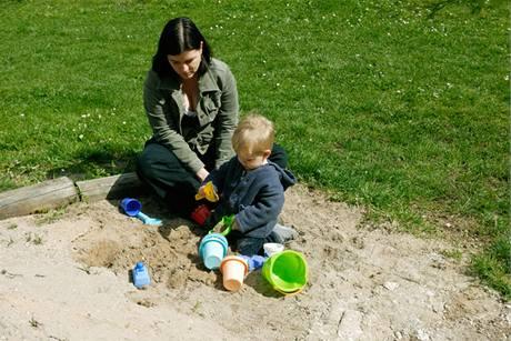 Písek, na kterém si děti hrají, musí splňovat hygienické normy