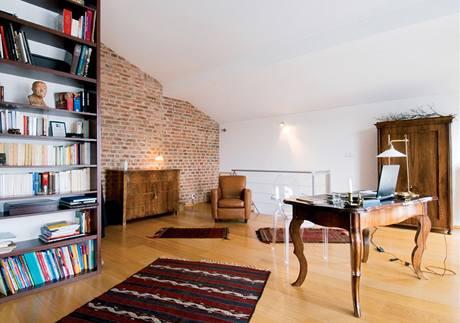 Pracovna kombinuje klasiku s moderním nábytkem