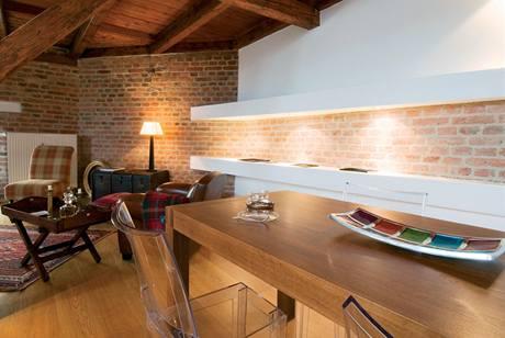 Typický kontrast v tomto bytě - robustní dřevo a lehký plast