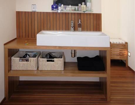 Koupelny v domě dýchají teakovým dřevem