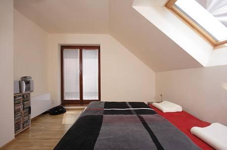 Díky velké podkrovní šatně se v ložnicích uvolnil prostor