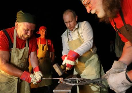 Ruský premiér Vladimir Putin si v Irkutsku vyzkoušel práci kovářů (1. srpna 2009)