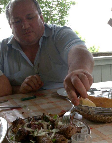 Mého přítele Nádira neopouští apetit nikdy. Objednal berana.